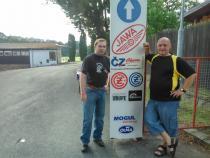 společné foto u vstupní brány